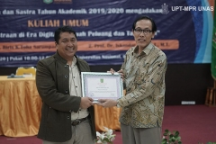 Pemberian sertifikat kepada narasumber Wakil Rektor Bidang Akademik Prof. Dr. Iskandar Fitri, S.T., M.T.(kiri) yang diberikan oleh Wakil Dekan Fakultas Bahasa dan Sastra Drs. Evert Haryanto Hilman, M.Hum(kanan)