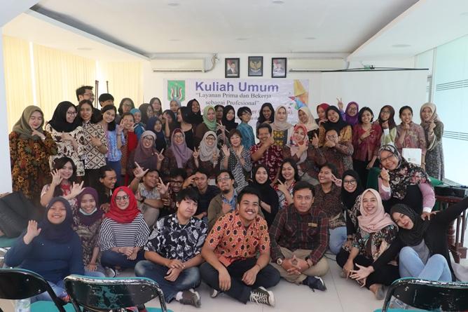 """Foto bersama para narasumber, Dekan, Dosen, dan mahasiswa setelah acara kuliah umum dengan tema """"Layanan Prima dan Bekerja Sebagai Profesional"""" selesai digelar. Jakarta, Sabtu (6/4)"""