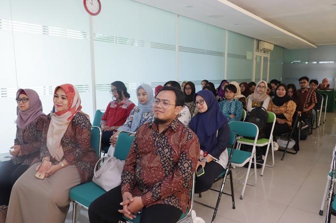 Peserta kuliah umum yang dihadiri dosen dan mahasiswa fakultas sastra dan bahasa nampak antusias mengikuti acara
