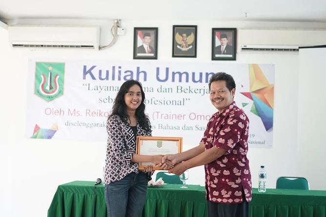 """Dekan Fakultas Bahasa dan Sastra Drs Somadi, M.Pd (kanan) memberikan penghargaan kepada mahasiswa (kiri) pada acara kuliah umum """"Layanan Prima dan Bekerja Sebagai Profesional"""" di ruang seminar UNAS, Jakarta, Sabtu (6/4)"""