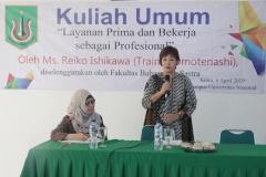 """Trainer Omotenashi  Jepang, Reiko Ishikawa (kanan) memberikan materi pada acara kuliah umum """"Layanan Prima dan Bekerja Sebagai Profesional"""" di ruang seminar UNAS, Jakarta, Sabtu (6/4)"""