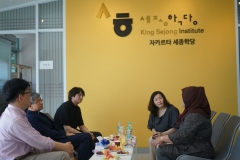 Delegasi Daegu Catholic University (DCU) Korea berbincang di kantor KSI gedung Universitas Nasional, Kamis (2/5)