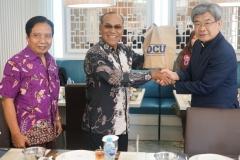 (Kiri-kanan) Direktur Kantor Kerjasama Internasional J. Sugarjito, Ph.D, Rektor Universitas Nasional Dr. Drs. El Amry Bermawi Putera, M.A. dan Delegasi Daegu Catholic University (DCU) Korea