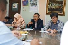 Wakil Dekan Dr. Mustakim, S.H., M.H. (tengah kacamata) memberikan sambutan saat kegiatan kunjungan delegasi Guangxi University for Nationalities, China  ke UNAS, pada selasa, (27/8) di ruang rapat unas 108.