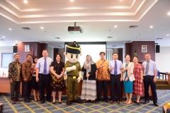 Foto bersama seluruh delegasi Guangxi University for Nationalities, China dengan pimpinan fakultas hukum serta maskot kejaksaan pada Rabu, (28/8)