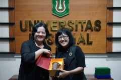 Party secretary of school of laws, Guangxi University for Nationalities, China Prof. Jiang Hui (kiri) memberikan cinderamata kepada Kepala Divisi Kerjasama Luar Negeri	Dra. M.A. Inez Sapteno (kanan).