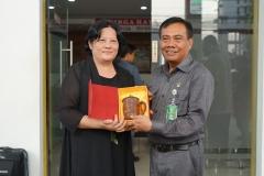Party secretary of school of laws, Guangxi University for Nationalities, China Prof. Jiang Hui (kiri) memberikan cinderamata kepada Ketua Pengadilan Negeri Jakarta Selatan Drs. Arifin S.H., M.Hum (kanan) setelah berkunjung ke Pengadilan Negeri Jakarta Selatan pada selasa (27/8)