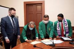Penandatanganan certificate of appreciation oleh Direktur Sekolah Pascasarjana UNAS Prof. Dr. Maswadi Rauf, M.A. lawatan akademis ke Ukraina pada 15-20 Maret 2021