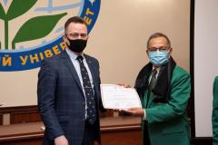 Pemberian certificate of appreciation kepada Direktur Sekolah Pascasarjana UNAS Prof. Dr. Maswadi Rauf, M.A. oleh Polissya National University dalam lawatan akademis ke Ukraina pada 15-20 Maret 2021