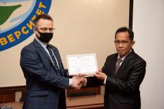 Pemberian certificate of appreciation kepada Ketua Program Studi Magister Ilmu Administrasi Publik Drs. Rusman Ghazali, M.Si., Ph.D. oleh Polissya National University dalam lawatan akademis ke Ukraina pada 15-20 Maret 2021
