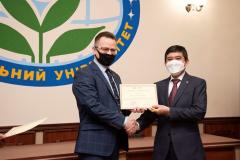 Pemberian certificate of appreciation kepada Dubes RI Kyiv, Prof. Dr. Yuddy Chrisnandi oleh Polissya National University