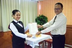 Penyerahan Sertifikat kepada mahasiswa (2)
