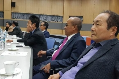 Rektor UNAS Dr.Drs. El Amry Bermawi Putera, M.A bersama President Director Cyber Edu Inkor, Jang Youn Cho, Ph.D. dan delegasi duduk bersama