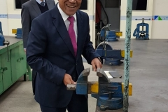 Rektor UNAS Dr.Drs. El Amry Bermawi Putera, M.A mencoba alat
