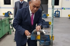 Rektor UNAS Dr.Drs. El Amry Bermawi Putera, M.A menjajal alat