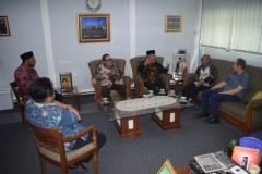 Saat berbincang-bincang di ruang rektorat UNAS (5)