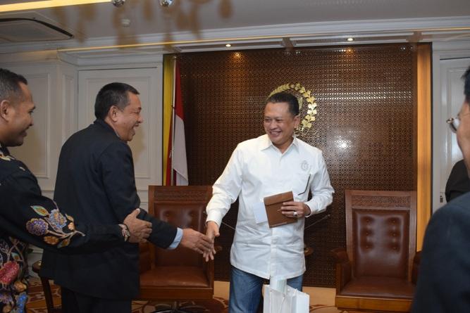 Jabat tangan Ketua DPR RI dengan petinggi UNAS