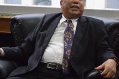 Ketua YMIK, Dr. Ramlan Siregar, M.Si. sedang berdiskusi