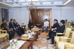 Para petinggi UNAS sedang berdiskusi dengan Ketua DPR RI