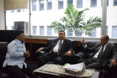 Rektor unas, Ketua YMIK, dan Dosen UNAS sedang berbincang