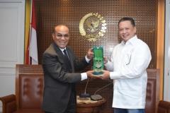 pemberian plakat dari Rektor UNAS kepada Ketua DPR RI