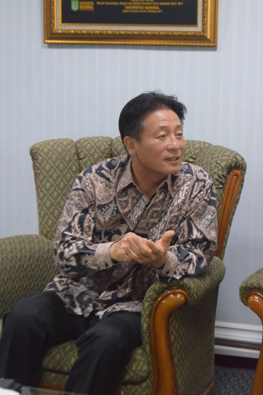 Bapak Yi Sun Hyeong dari yayasan korindo sedang berbicara