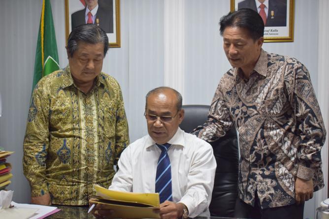 Rektor UNAS dan tamu dari yayasan korindo sedang berfoto bersama (2)