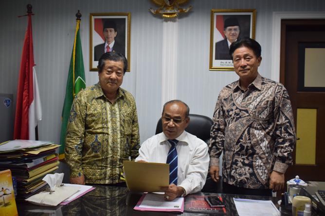 Rektor UNAS dan tamu dari yayasan korindo sedang berfoto bersama (3)