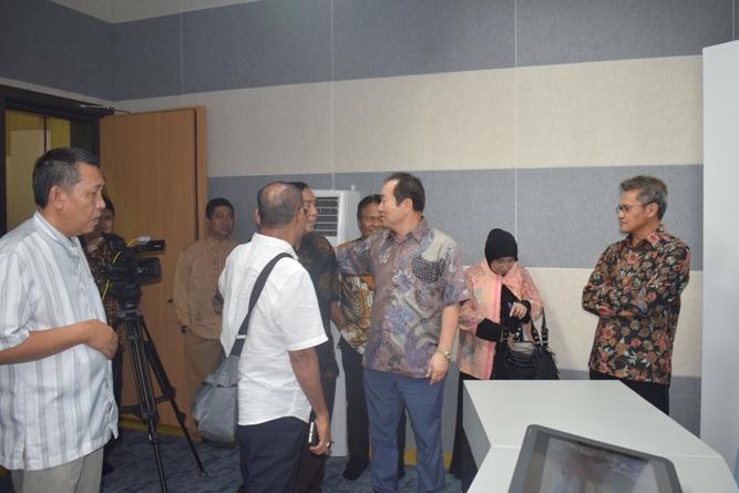 Sekretaris Jenderal Kemenristek DIKTI, Prof Ainun Na'im & Para Pimpinan Universitas Nasional di Lab Bambu Kuning (2)