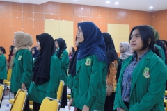 mahasiswa sedang menyanyikan lagu Indonesia Raya