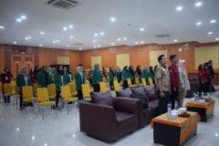 para panitia dan peserta LKMM sedang menyanyikan lagu Kebangsaan Indonesia Raya (3)