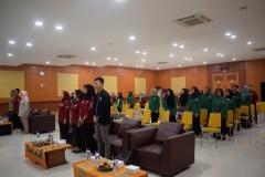 para panitia dan peserta LKMM sedang menyanyikan lagu Kebangsaan Indonesia Raya