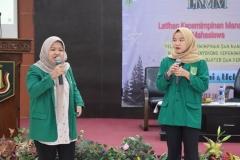 penampilan nyanyi dari peserta LKMM