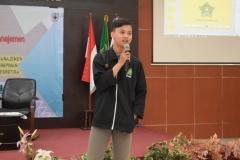 presentasi dari Perwakilan ILMIKI, Galia Ibnu Bustomi dalam kegiatan LKMM