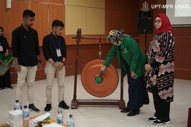 Pembukaan acara Latihan Dasar Kepemimpinan secara simbolis oleh Dekan Fakultas Ilmu Kesehatan Dr. Retno Widowati, M.Si. (Jaket Hijau)