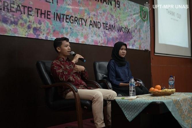 Pembicara Muhammad Gufrin Afif (kiri) saat memberikan materi kepada peserta latihan dasar kepemimpinan