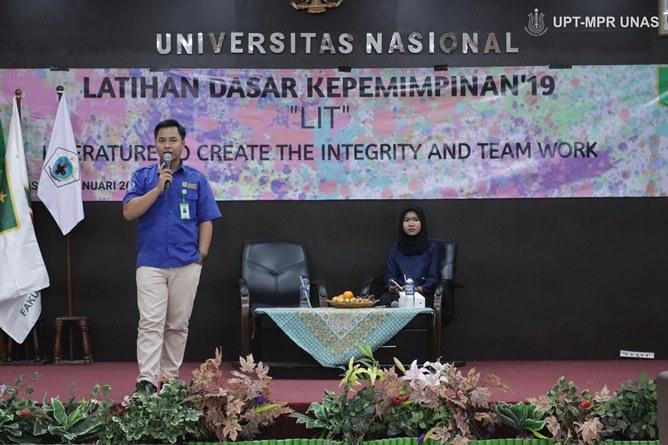 """Pembicara Nurwahidin, S.Kep., M.M (baju biru) saat memberikan pateri tentang kepemimpinan pada acara Latihan Dasar Kepemimpinan """"LIT"""" Literature To Create The Integrity And Team Work, Selasa (28/1) di Auditorium blok 1 lantai 4 Universitas Nasional"""
