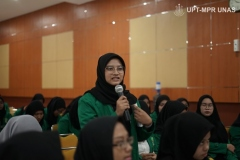 salah satu peserta latihan dasar mengajukan pertanyaan kepada pembicara