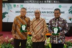 Foto bersama Rektor Universitas Nasional dengan Ketua AIPI dan Perwakilan dari Mentri Keuangan RI