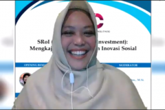 Adilita Pramanti, S.Sos., M.Si., selaku moderator dalam kegiatan kajian SRoI (Social Return on Investment) : Mengkaji Dampak Program Inovasi Sosial yang diselenggarakan LPPM UNAS pada hari Kamis, 8 April 2021