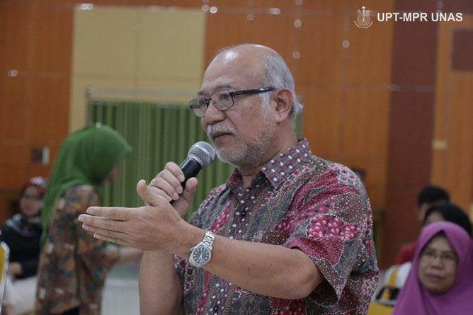 Prof. Dr. Dedy Darnaedi memberikan pertanyaan kepada narasumber