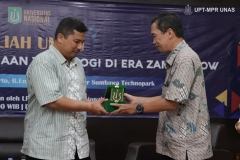 Pemberian cinderamata kepada Direktur Sumbawa Technopark Dr. Arief Budi Witarto, B. Eng., M.Eng. diberikan oleh Dekan Fakultas Biologi Dr. Tatang Mitra Setia, M.Si