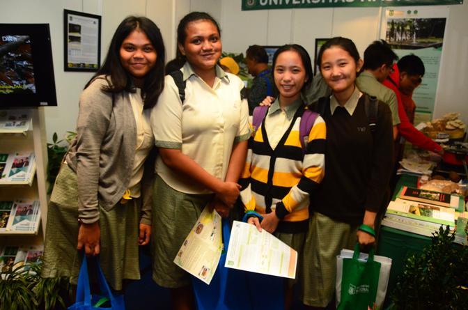 Anak-SMA-yang-mulai-berdatangan-mengunjungi-stand-UNAS
