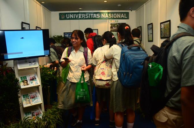 Anak-SMA-yang-mulai-berdatangan-mengunjungi-stand-UNAS2