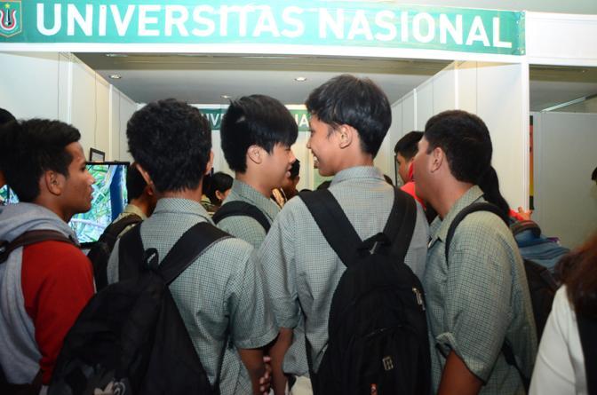 Anak-SMA-yang-mulai-berdatangan-mengunjungi-stand-UNAS3