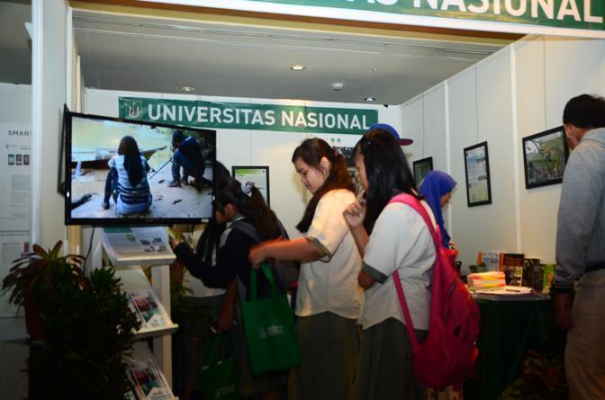 Anak-SMA-yang-mulai-berdatangan-mengunjungi-stand-UNAS4