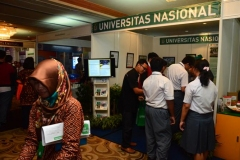 Anak-SMA-yang-mulai-berdatangan-mengunjungi-stand-UNAS5