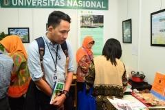 Mulai-berdatangannya-pengunjung-ke-stand-UNAS