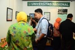 Penjelasan-dosen-UNAS-kepada-pengunjung-stand