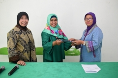 Foto Bersama Prof. Dr. Ernawati Sinaga, MS.Apt dengan para dosen